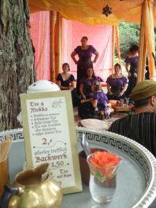 Der Orient mit seinen Düften, Getränken und Tänzen darf auf dem Sparrenburgfest nicht fehlen. Foto: Achim Zygar